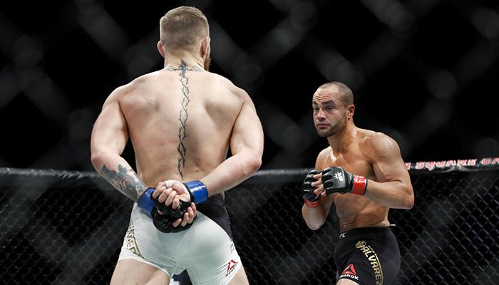 Kavanagh spiega le mani dietro la schiena di Conor McGregor